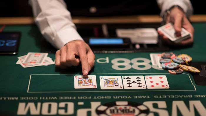 نحوه پخش کردن کارت های بازی پوکر توسط دیلر